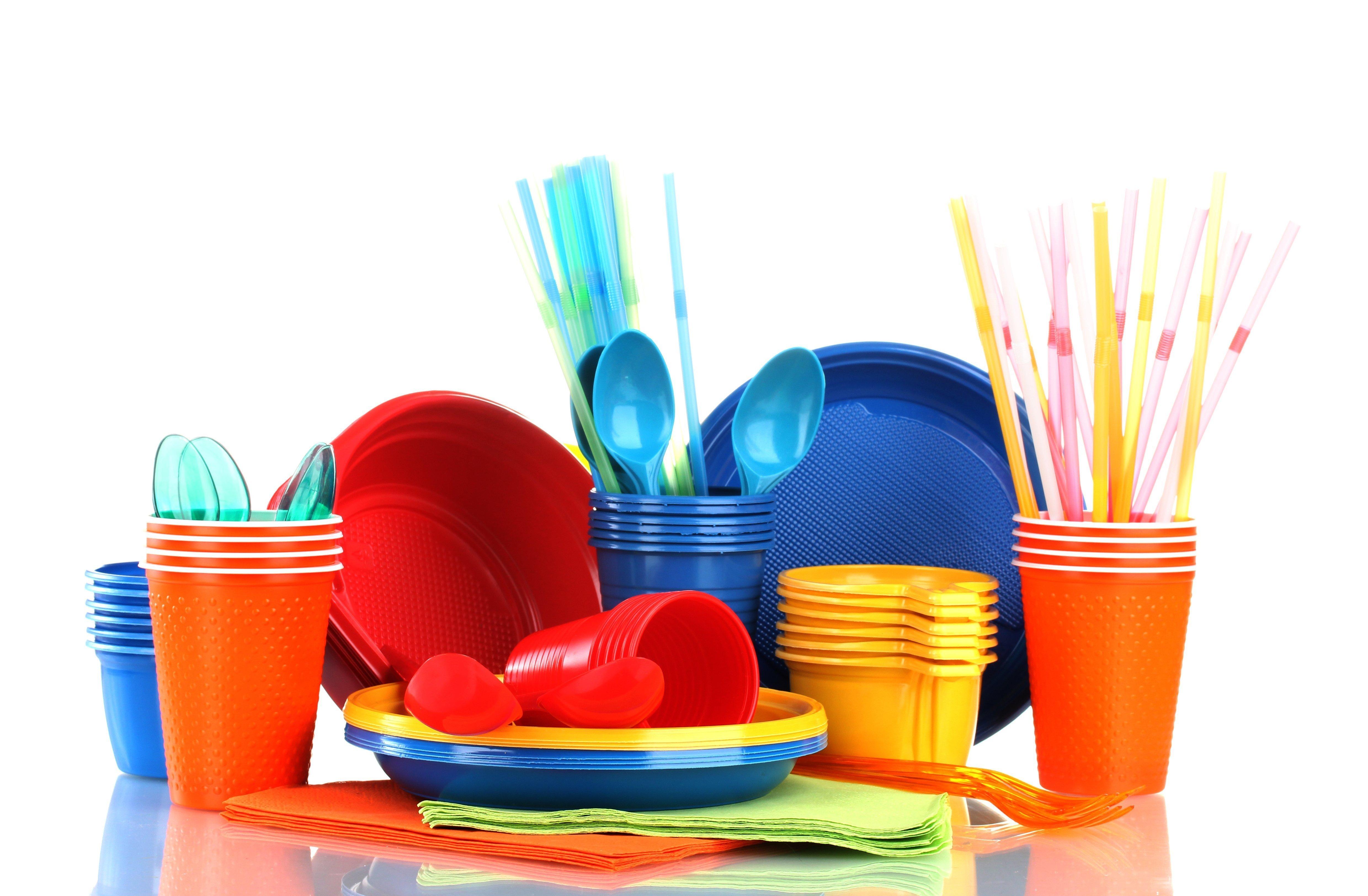 Buntes Plastikgeschirr, Teller, Becher und Besteck
