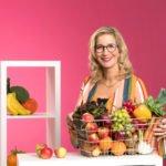 Yvonne Willicks mit einem Gemüse und Obstkorb